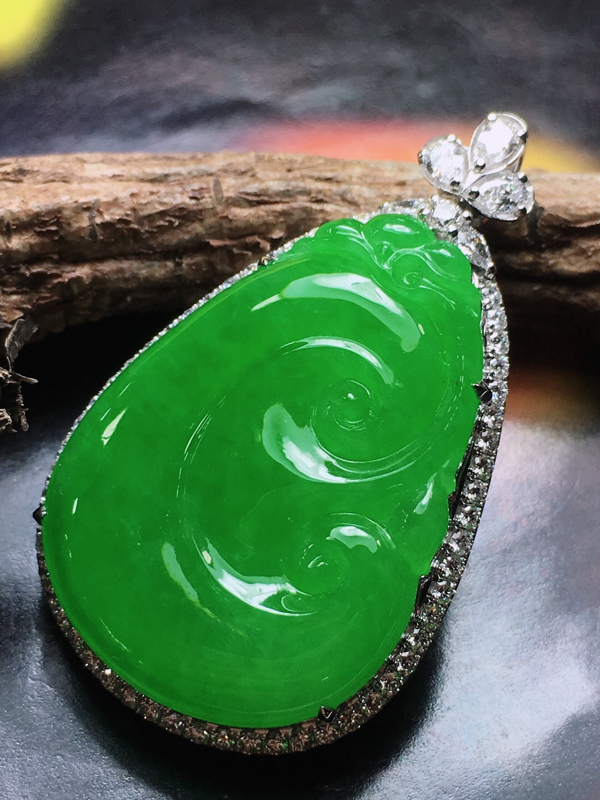 传承佳品愿你所愿平安喜乐,愿你所想吉祥如意。老坑场口料,冰种阳绿满色镶嵌如意吊坠,料子细腻水润,玻璃光泽,胶感十足,干净清爽,色泽阳绿鲜甜,18k金伴真钻镶嵌,上身佩戴高贵优雅,温婉动人,如意寓意吉祥,愿你事事如意,事事顺心,不可多得的品质,推荐入手品鉴,整体尺寸38.9*23.5*9.4mm