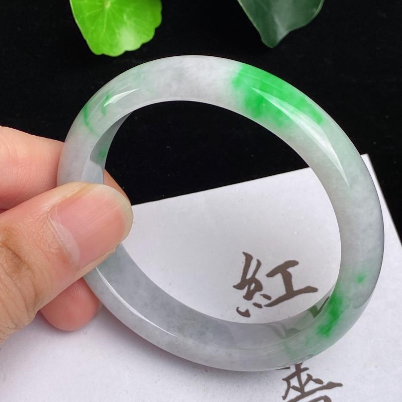 缅甸a货翡翠,水润飘绿贵妃手镯55.4mm,短径50.6mm,玉质细腻,色彩艳丽,色阳青翠,条形大方