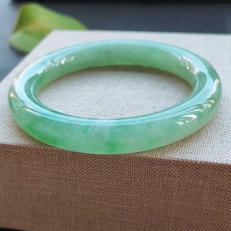 圆条53圈口,自然光实拍,缅甸老坑天然翡翠A货,水润满绿圆条镯。尺寸:53-10-10mm,重量