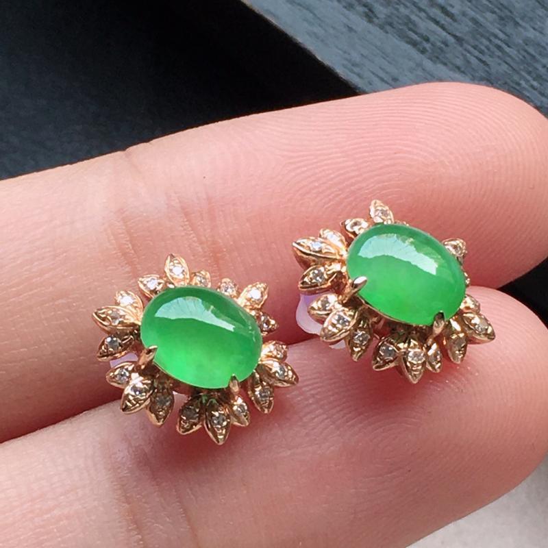 缅甸翡翠18K金伴钻镶嵌满绿蛋面耳钉,玉质细腻,雕工精美,佩戴送礼佳品,包金尺寸: