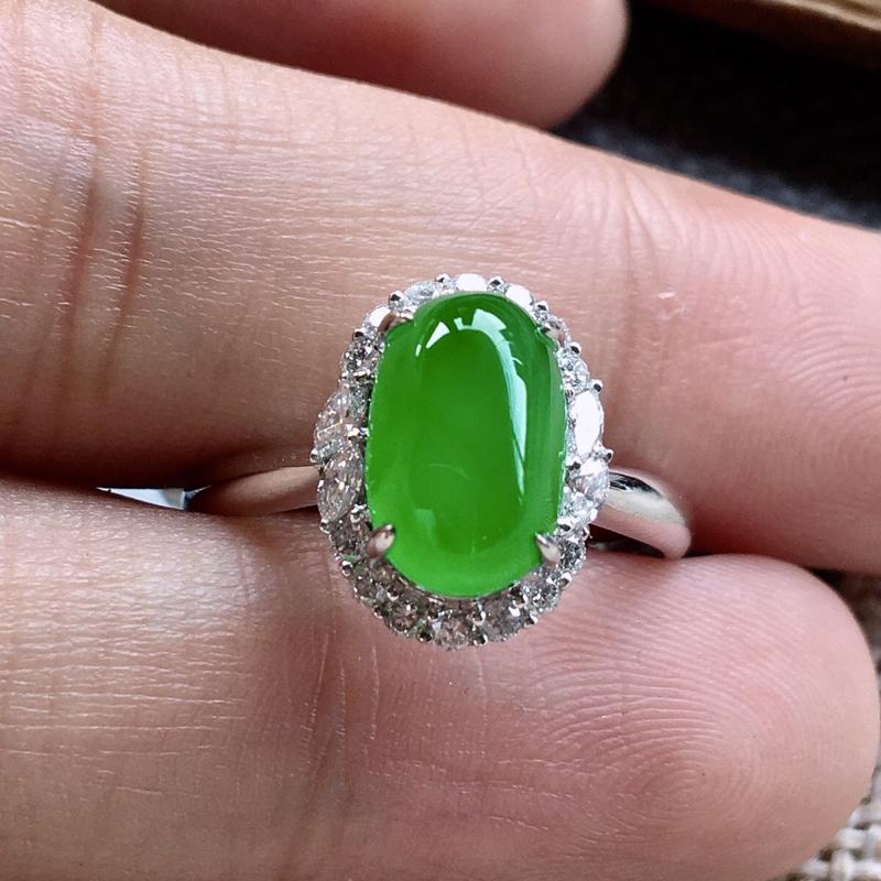 力荐款(自然光拍摄)老坑正冰种阳绿色大蛋面女戒指,18k金伴钻豪华镶嵌而成,佩戴效果出众。种水
