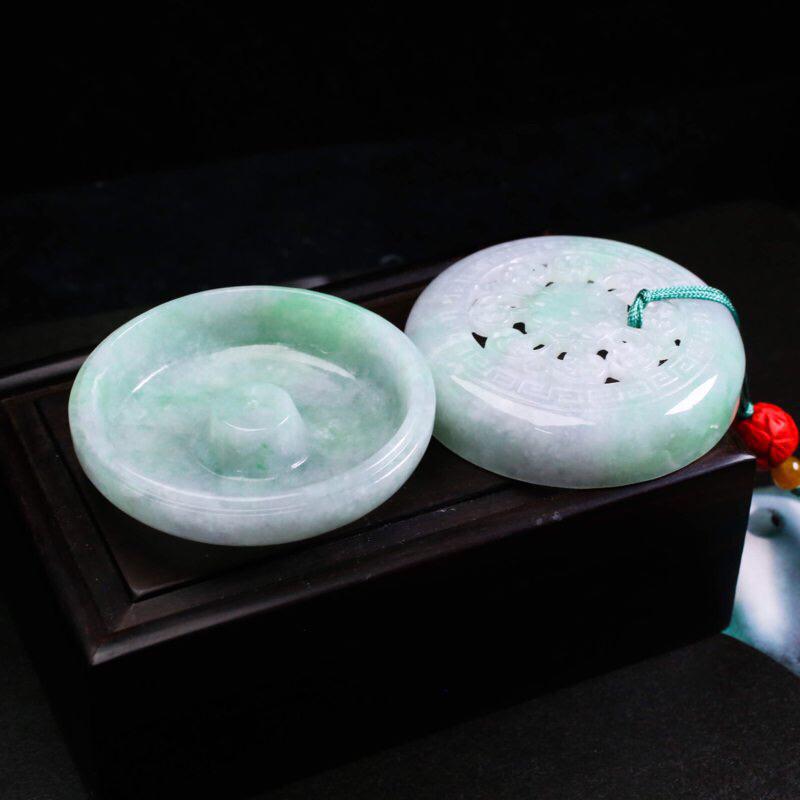 香炉/香薰炉翡翠小摆件。造型别致,雕工精细,色泽清新,配珠为饰珠,尺寸54.8*26.4mm。