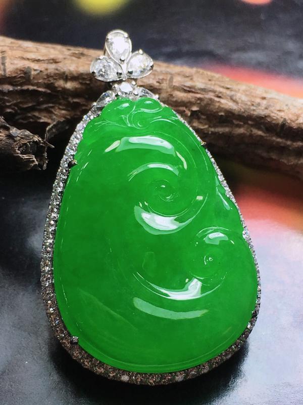 传承佳品愿你所愿平安喜乐,愿你所想吉祥如意。老坑场口料,冰种阳绿满色镶嵌如意吊坠,料子细腻水润