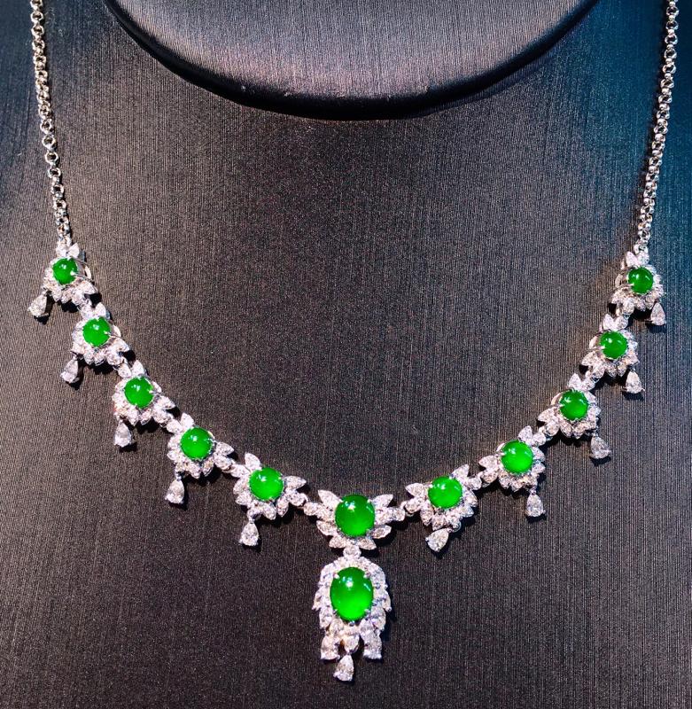 18K金钻镶嵌满绿蛋面锁骨项链 质地细腻 色泽均匀艳丽饱满 时尚高贵唯美 亮眼 精致 整体尺寸51.