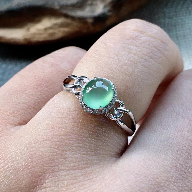 力荐款(自然光实拍)老坑高冰种晴绿色蛋面女戒指,18k金镶嵌而成,佩戴效果佳。种水上乘,冰胶感
