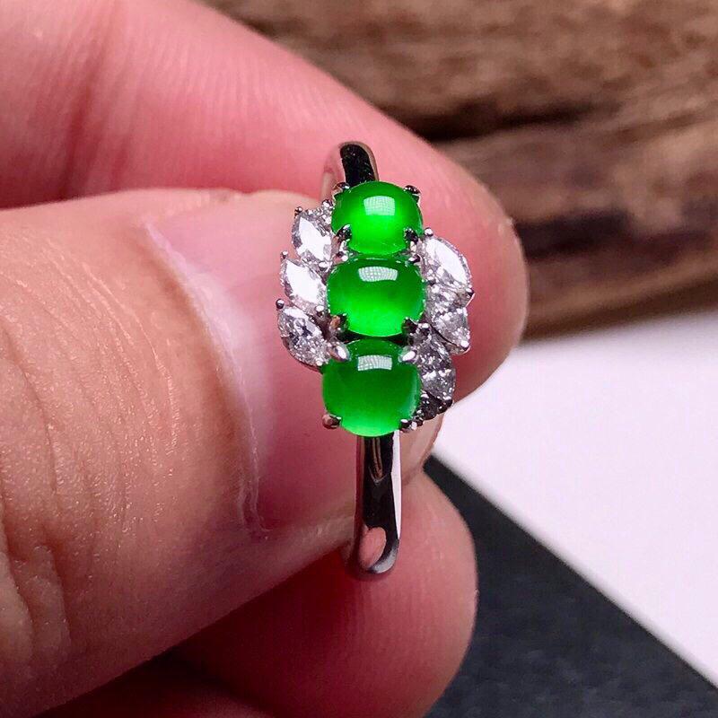 诚意推荐👍👍👍老坑高冰种三拼翡翠蛋面女戒指,18k金镶嵌而成,款式简单大方,佩戴效果佳,尽显气质。