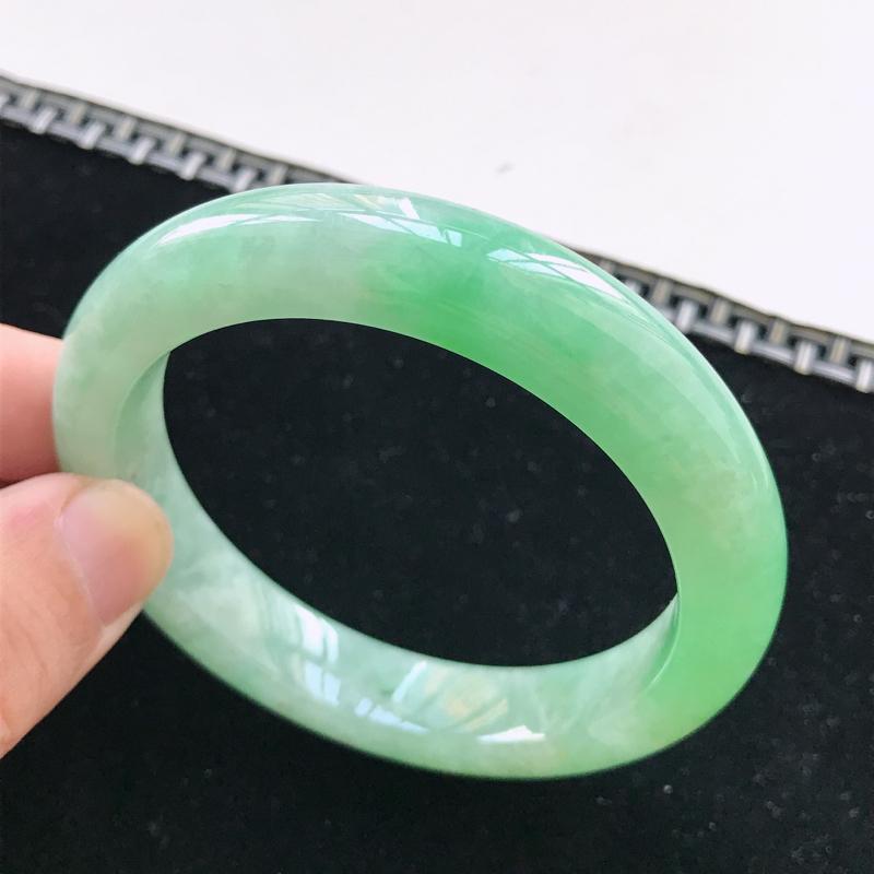 正圈55-56圈口,淡绿翡翠手镯,有种水玉质细腻,色泽鲜艳,佩戴优雅大方,尺寸:55.7*12.1*
