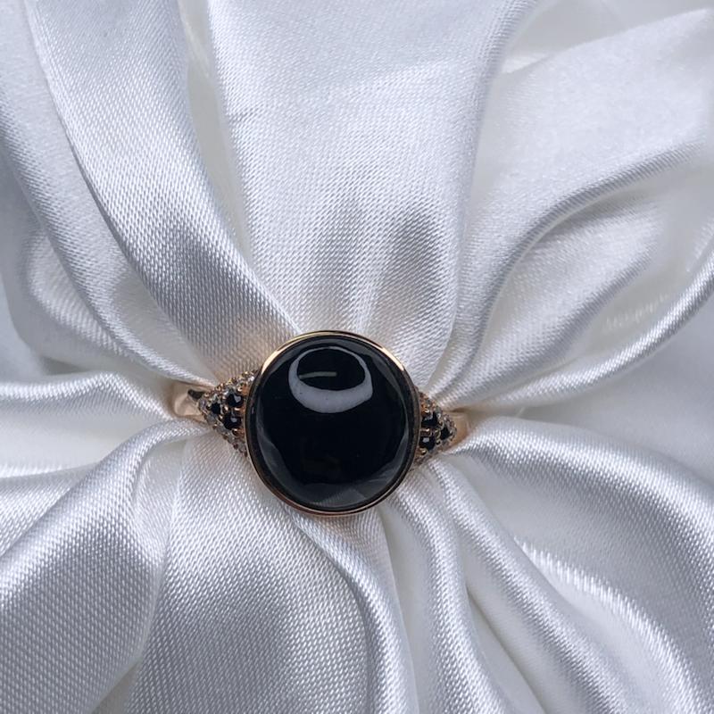 18k玫瑰金镶嵌高冰墨翠圆蛋面戒指,黑亮油性十足,通体透绿水润,饱满细腻,种老起胶,简约大方时尚。整