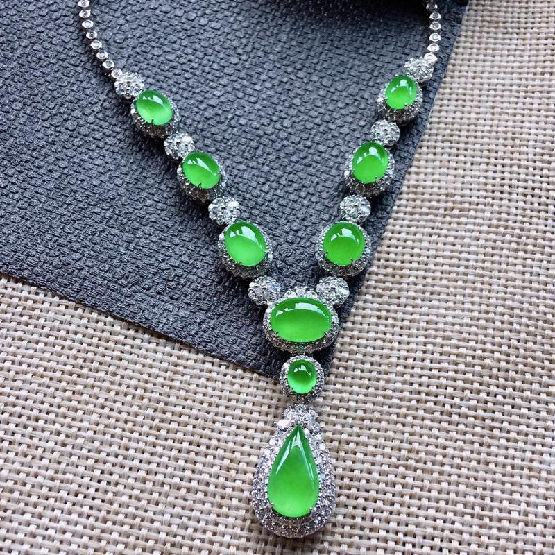 诚意推荐(自然光拍摄)老坑高冰种纯正浓阳绿色锁骨项链,作品由9颗高品质满阳绿色界面、18k金和