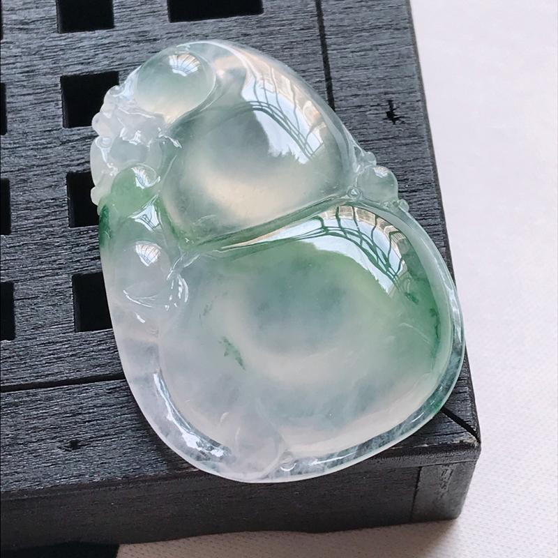 翡翠a货,冰糯种水润飘花葫芦吊坠,玉质细腻,颜色漂亮,上身好看,尺寸41.6/28.1/7.5