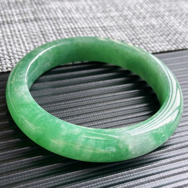 翡翠A货,规格54.6/12.2/8.5,老坑种飘绿色正圈手镯,颜色非常好看,玉质细腻水润,上手优雅