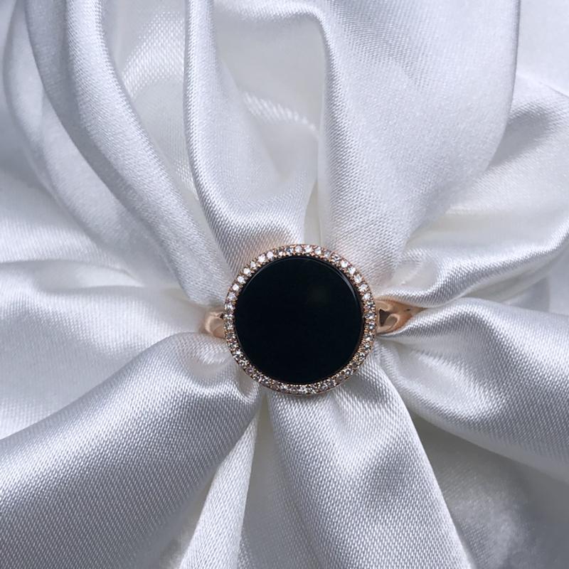 18k玫瑰金包钻围镶嵌高冰墨翠圆牌戒指,黑亮油性十足,通体透绿水润,色阳细腻,种老起胶,简约大方时尚