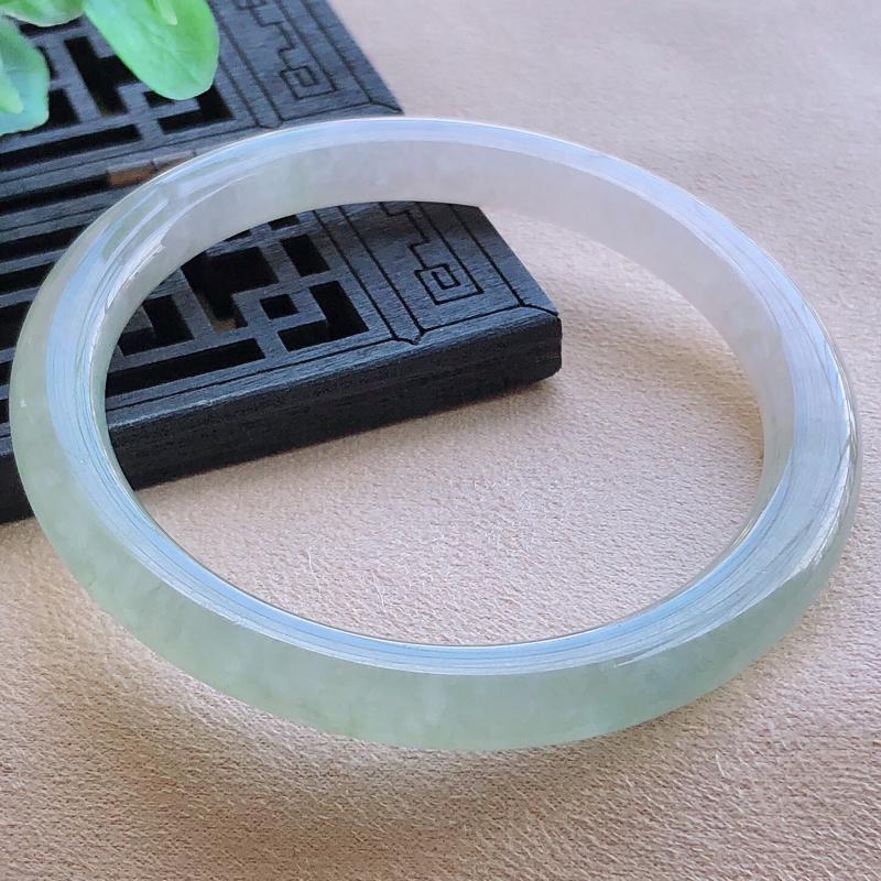 圈口51.3mm冰润飘绿圆条翡翠手镯,玉质细腻,水润灵动,通透,种水均匀,视觉素雅柔美,上手恰到好