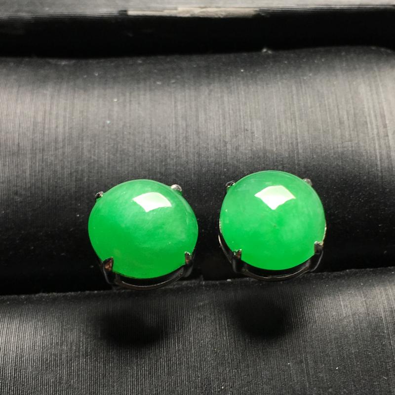 阳绿蛋面翡翠耳钉,种老色阳,水润饱满,裸石尺寸:9*8.8*3整体尺寸:9*8.8*6.3