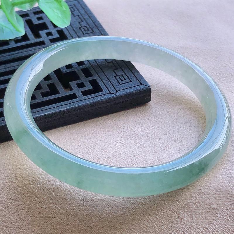 圈口54.8mm飘绿圆条贵妃翡翠手镯,玉质细腻,水润灵动,通透,种水均匀,视觉素雅柔美,上手恰到好