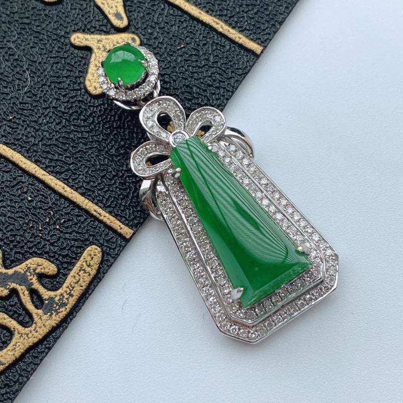 缅甸天然翡翠A货   18k金镶嵌伴钻满绿无事牌吊坠,整体尺寸:35.4*15*7.4mm,裸石: