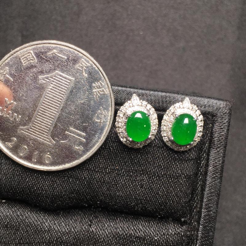 满绿蛋面耳钉,18K金镶嵌,无纹无裂,玉质细腻,质量杠杠的,性价比超高**