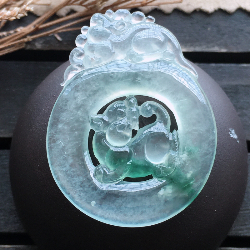 麒麟挂件,自然光实拍,缅甸a货翡翠,种好通透,水润玉质细腻,雕刻精细,饱满品相佳,有孔可直接佩戴。