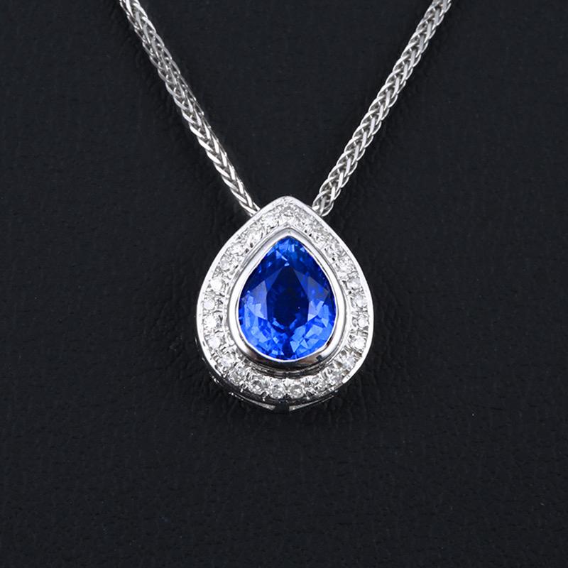 18k金镶蓝宝石吊坠 宝石参数:1.0ct  配石:钻石25颗,总重0.82克,配18k金链