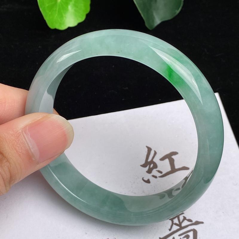 缅甸a货翡翠,水润飘绿正圈手镯55.9mm,玉质细腻,色彩艳丽,色阳青翠,条形大方得体,佩戴效果好