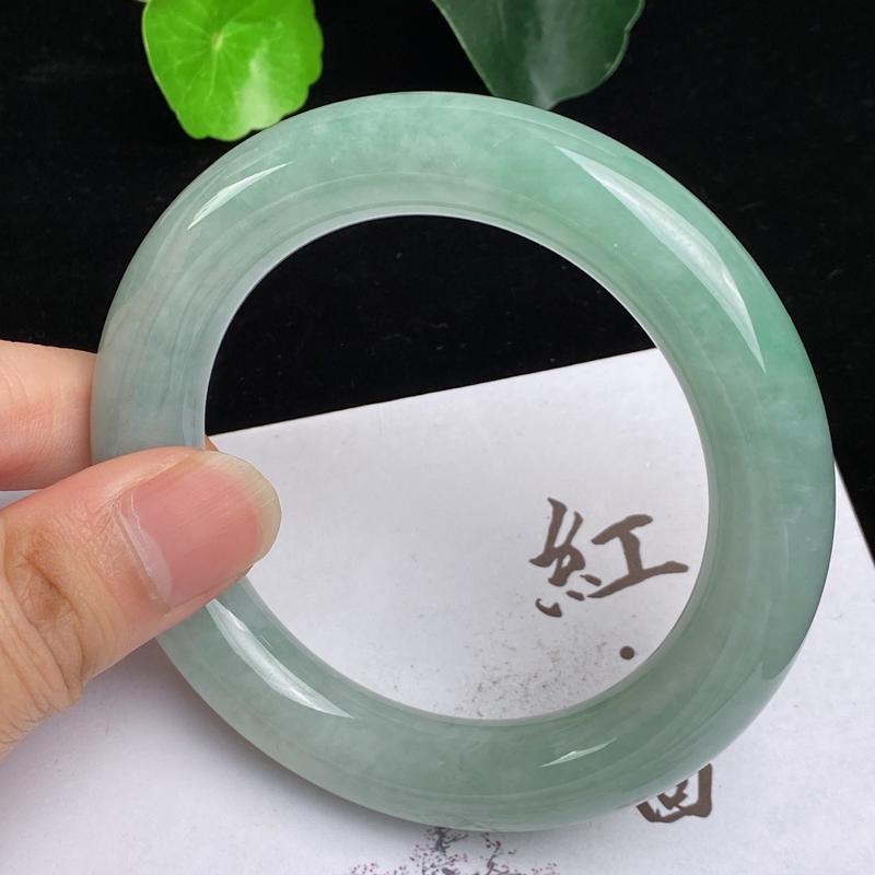 缅甸a货翡翠,水润飘绿圆条手镯56.8mm,玉质细腻,色彩艳丽,圆润肥美,条形大方得体,佩戴效果好