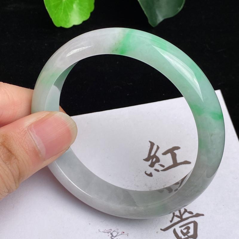 缅甸a货翡翠,水润飘绿正圈手镯56.3mm,玉质细腻,色彩艳丽,甜美清新,条形大方得体,佩戴效果好