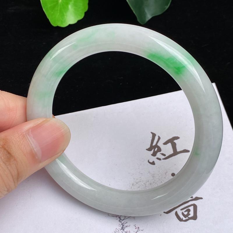 缅甸a货翡翠,水润飘绿圆条手镯58.2mm,玉质细腻,色彩艳丽,色阳青翠,条形大方得体,佩戴效果好