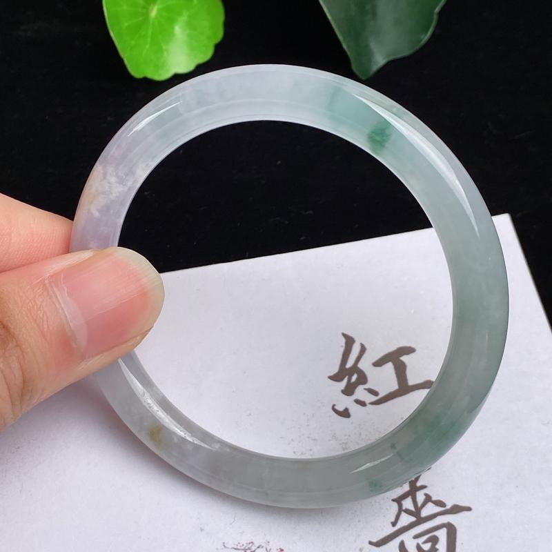 缅甸a货翡翠,水润飘花圆条手镯54.2mm,玉质细腻,色彩艳丽,花色怡人,条形大方得体,佩戴效果好