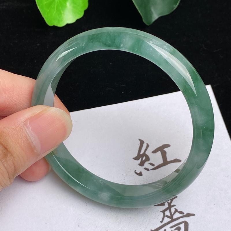 缅甸a货翡翠,水润飘绿正圈手镯54.1mm,玉质细腻,色彩艳丽,水润清爽,条形大方得体,佩戴效果好