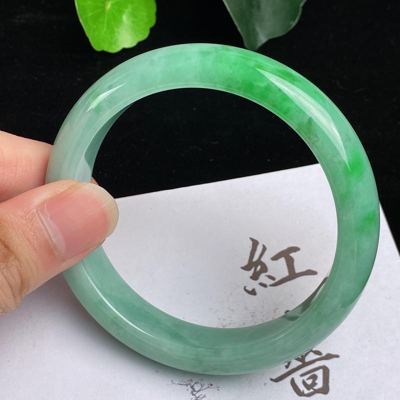 缅甸a货翡翠,水润飘绿正圈手镯59mm,玉质细腻,色彩艳丽,色阳青翠,条形大方得体,佩戴效果好