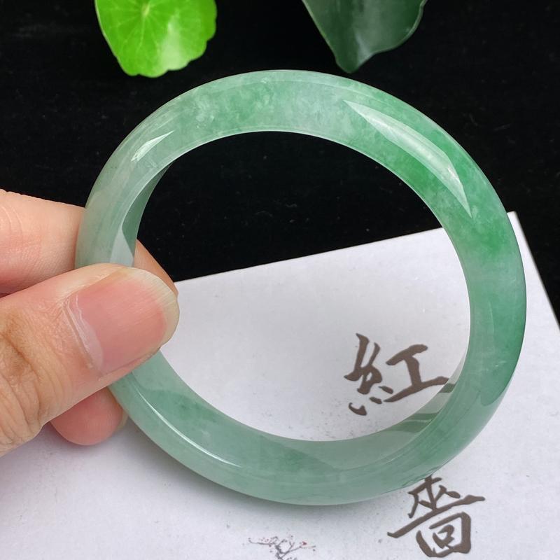 缅甸a货翡翠,水润飘绿正圈手镯56.8mm,玉质细腻,色彩艳丽,色阳青翠,条形大方得体佩戴效果好