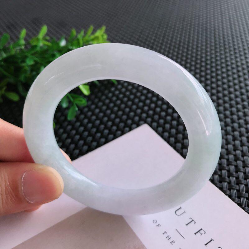 圈口: 55.3mm天然翡翠A货糯化种淡绿飘紫圆条手镯,尺寸55.3*11.6mm 玉质细腻,种水好