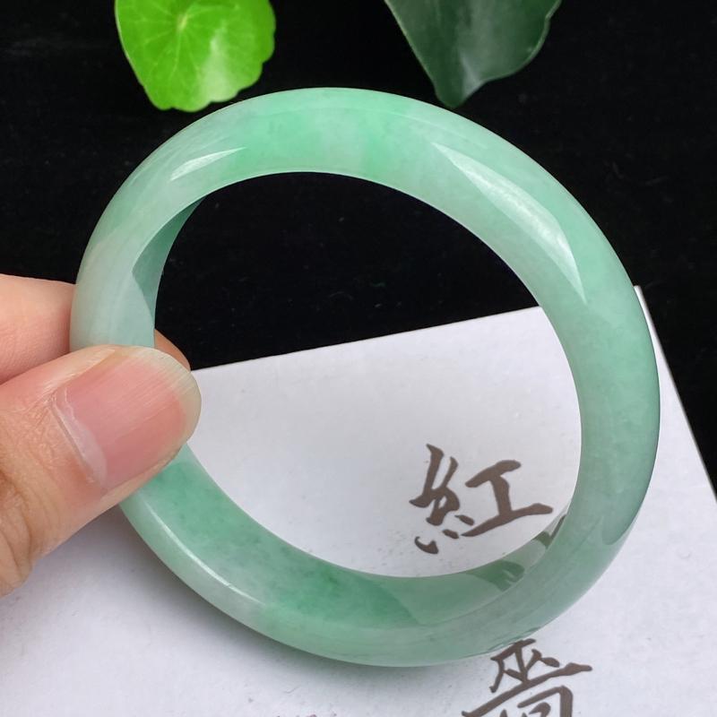 缅甸a货翡翠,水润飘绿正圈手镯57.4mm,玉质细腻,色彩艳丽,甜美清新,条形大方得体,佩戴效果好