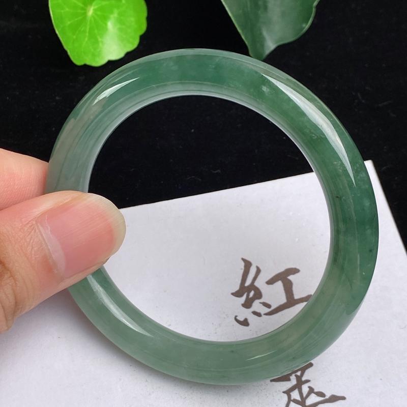 缅甸a货翡翠,水润飘绿圆条手镯50.3mm,玉质细腻,色彩艳丽,水润油绿,条形大方得体,佩戴效果好