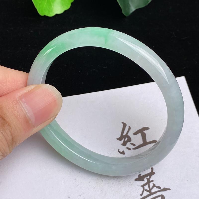 缅甸a货翡翠,水润飘绿贵妃手镯54.7mm,短径47mm,玉质细腻,色彩艳丽,水润秀气,条形大方得体