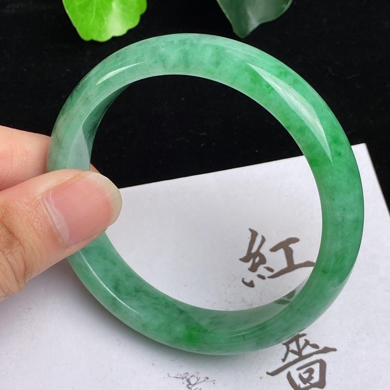 缅甸a货翡翠,水润飘绿正圈手镯59mm,玉质细腻,色彩迷人,色阳青翠,条形大方得体,佩戴效果好