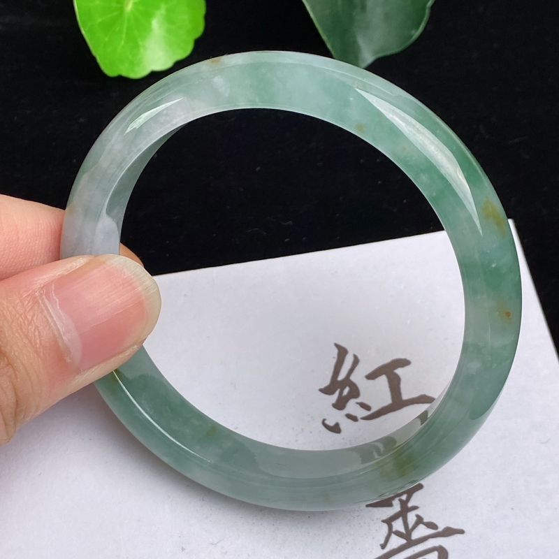 缅甸a货翡翠,水润飘绿正圈手镯55.7mm,玉质细腻,色彩艳丽,水润清爽,条形大方得体,佩戴效果好