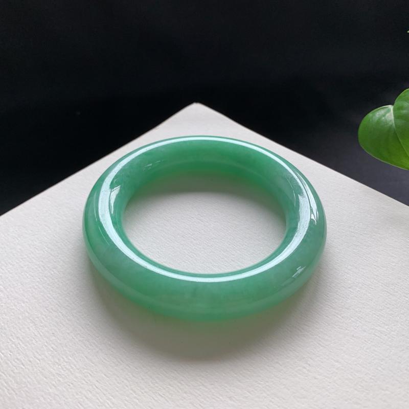满色圆条手镯,尺寸:52.2-12.2-12.4,细腻光滑,色泽清新亮丽,条形饱满大气