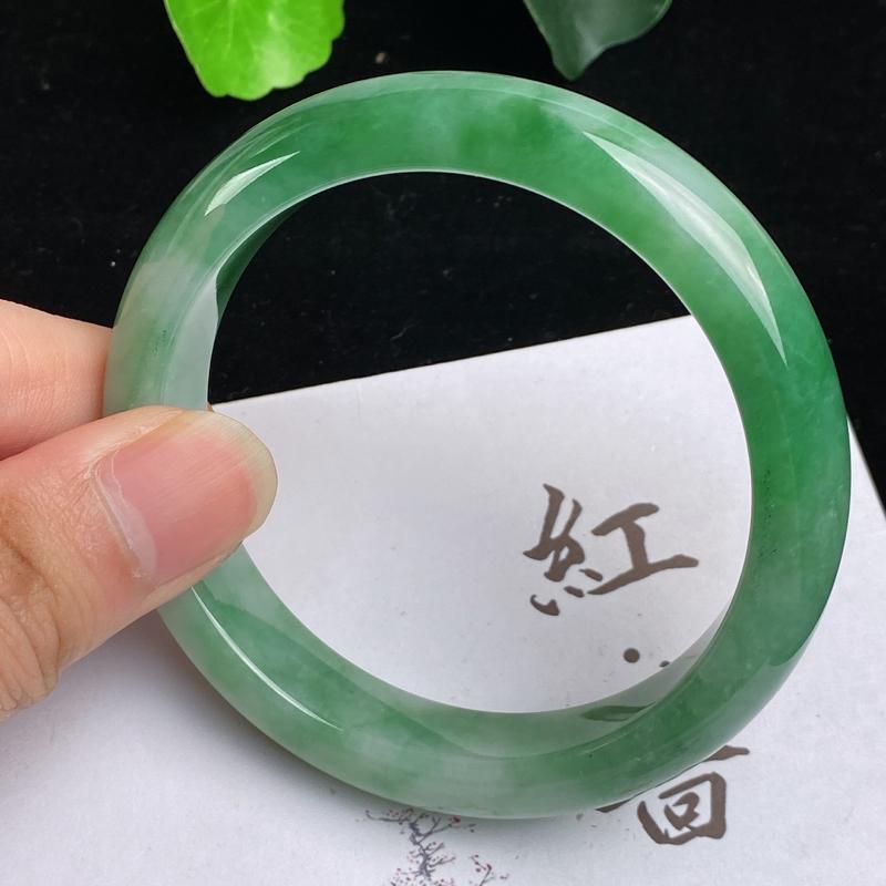 缅甸a货翡翠,水润飘绿正圈手镯57.4mm,玉质细腻,色彩艳丽,色阳青翠,条形大方得体,佩戴效果好