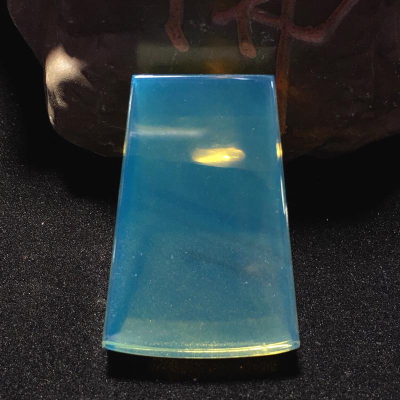 精美墨西哥蓝珀切割系列,扇子形切割牌子,线条精美流畅,端正器形,蓝度佳,珀体通透明亮,品相如图所示,