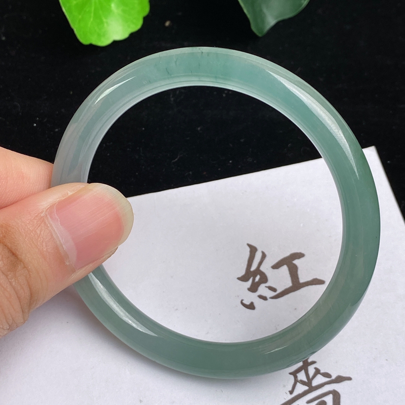 缅甸a货翡翠,冰润满色圆条手镯53.1mm,玉质细腻,色彩艳丽,圆润流畅,条形大方得体,佩戴效果好