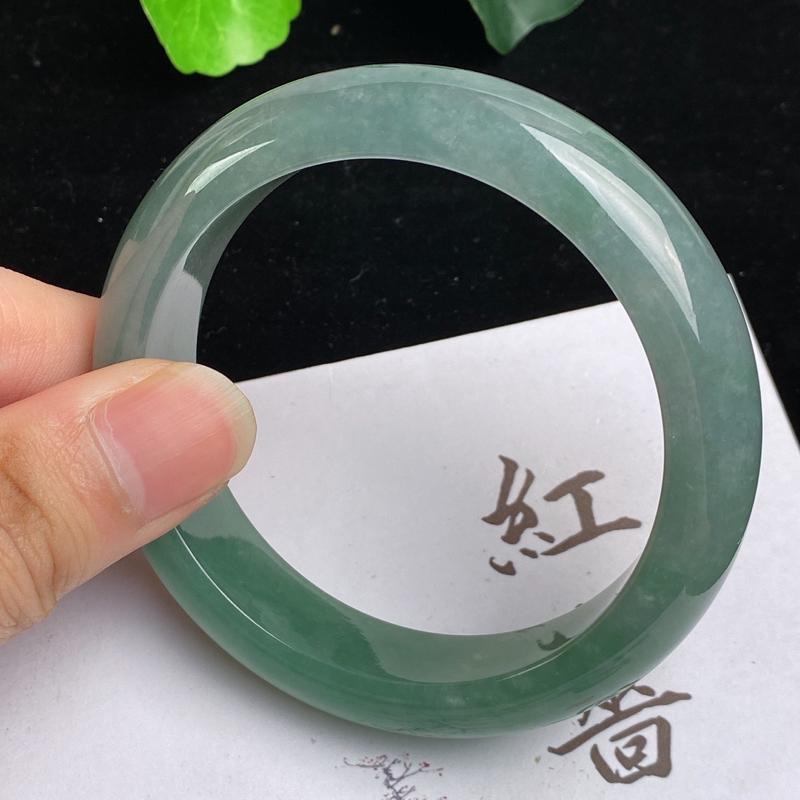 缅甸a货翡翠,水润满色正圈手镯56.8mm,玉质细腻,色彩艳丽,绿意盎然,条形大方得体,佩戴效果好