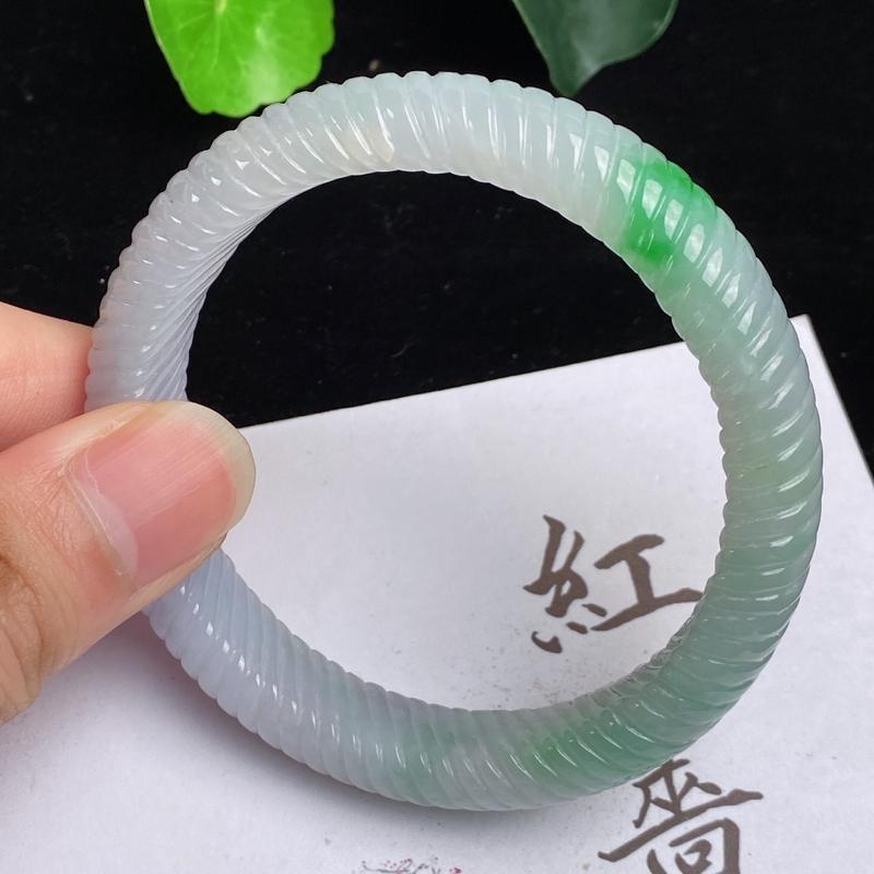 缅甸a货翡翠,水润飘绿正圈麻花手镯55mm,玉质细腻,色彩艳丽,色阳青翠,条形大方得体,佩戴效果好