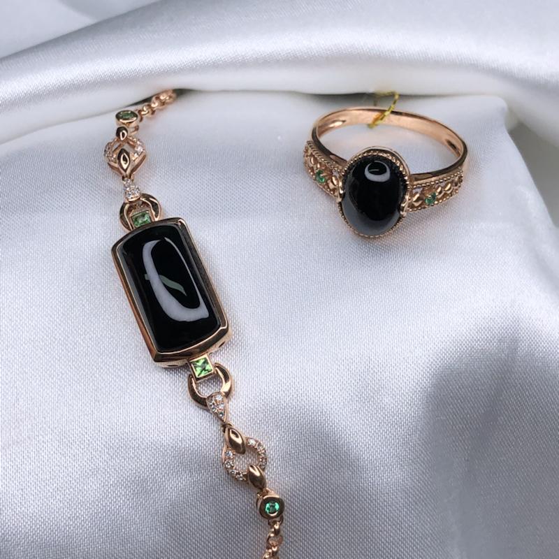 套装,18k玫瑰金设计款彩宝真钻高冰墨翠马鞍手链+戒指,无纹无裂,黑亮油性足,通体透绿,细腻纯,种老