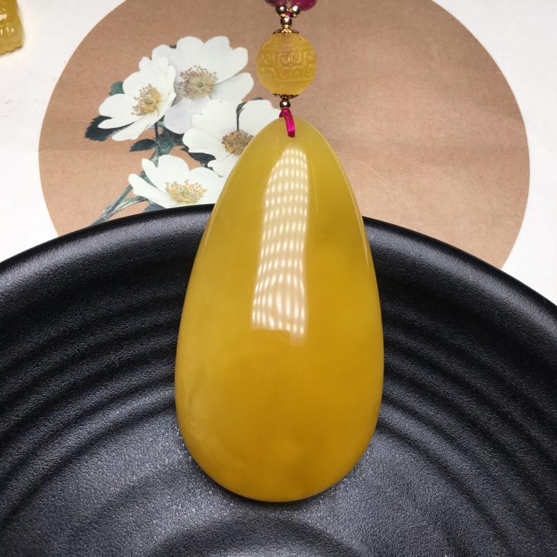 天然无优化俄料蜜蜡鸡油黄水滴吊坠,蜡质浓郁醇厚,形状饱满大气,裸石重19.6克,尺寸约60.5*
