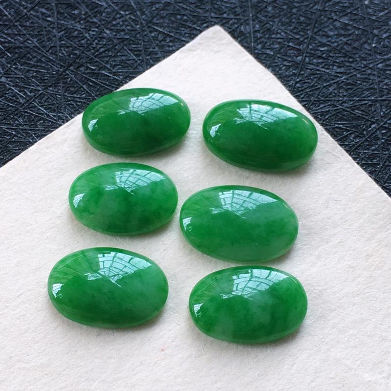 翡翠满绿蛋面戒面,种水好玉质细腻温润,颜色漂亮,镶嵌后更好看。尺寸:取大 11.1*7.2*3.7m