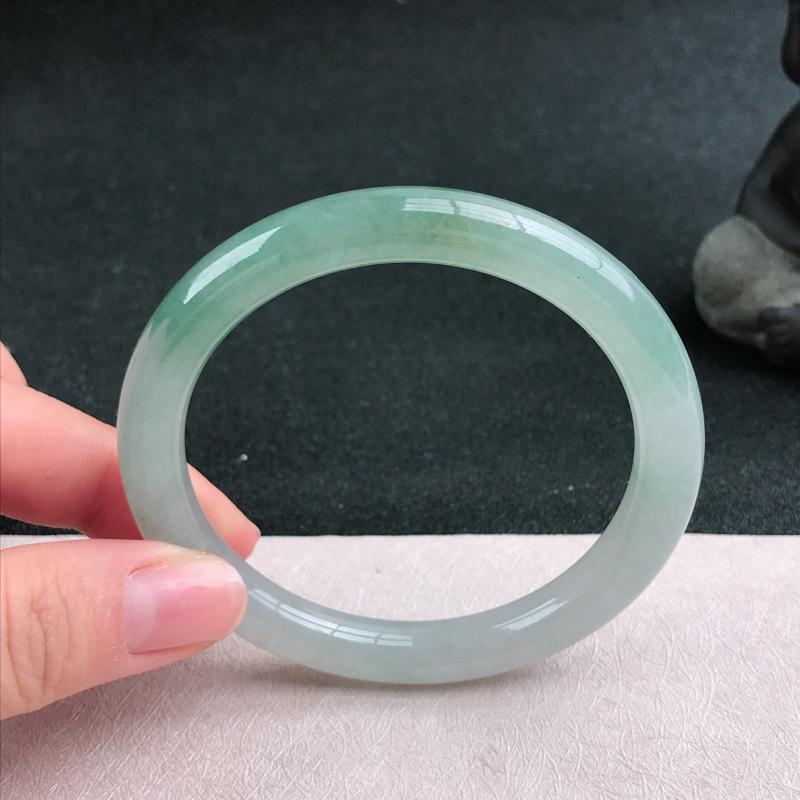 满色圆条手镯54圈品相清爽优雅,佩戴效果更佳。尺寸:54.1/8.4/8mm