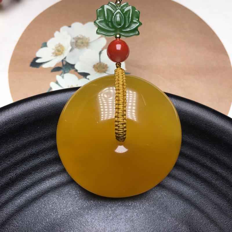 天然俄料无优化蜜蜡平安扣吊坠,裸石重17.8克,尺寸约40.5*18.2mm,满蜜鸡油黄,蜡质醇