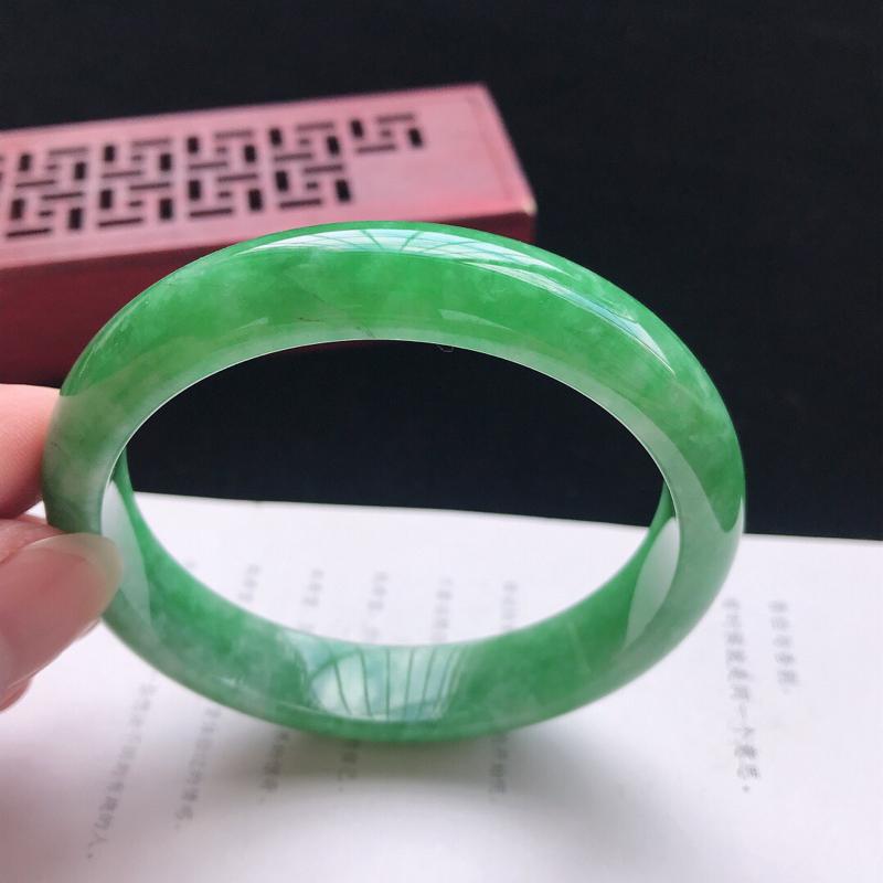正圈:58.3。老坑细糯种满绿手镯。尺寸:58.3*12.5*7mm。天然翡翠A货。玉质细腻,佩戴清