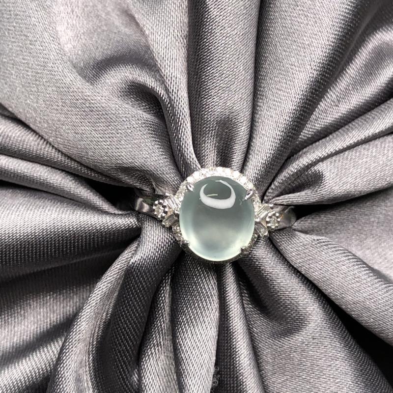 18k金镶嵌高冰蛋面戒指,冰透水润,细腻干净,圆润饱满,钢性十足,简约时尚百搭。整体尺寸:10*13